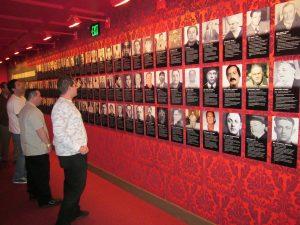 Muro de mafiosos en el Museo de la Mafia en Las Vegas.